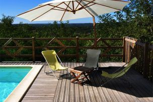 parasols et chaises autour de la piscine