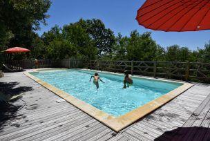 Enfants plongent dans la piscine